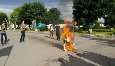 PHOTOS. InDonbas Patriots Opened a«Consulate» ofRussia and Burned Putin Effigy