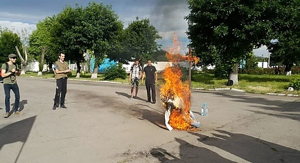 PHOTOS. In Donbas Patriots Opened a «Consulate» of Russia and Burned Putin Effigy